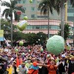 2萬人五一遊行 抗議芭樂票  賴香伶也來了!
