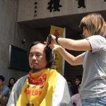 抗議私立大學「29K條款」 教授落髮明志