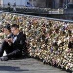 當愛情過於沉重 巴黎決定「拆橋」