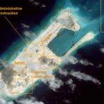 圖像顯示中國南海爭議島礁跑道接近完工