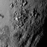 冰封山脈、巨大峽谷 歷來最清晰冥王星、冥衛一照片出爐