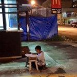 9歲男童街頭苦讀:「媽媽,我不想要一直停留在貧窮,我想要追求自己的夢想」