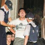 反課綱學生夜襲教育部 攻入部長辦公室 遭警方逮捕上手銬