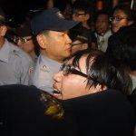 反課綱學生夜闖教育部 警方逮捕33人