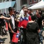 王炳忠教育部發國旗 反課綱民眾高喊「不歡迎」