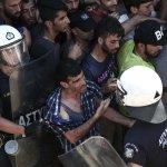 大批非法移民等待入境 希臘催淚瓦斯、警棍伺候