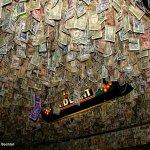 這間酒吧牆上至少有55萬美元,什麼美國人要把鈔票貼在酒吧、想貼還一位難求?