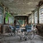 電椅、廢棄輪椅、鐵籠住所…攝影師走訪被遺棄的精神病院,拍下世界最孤獨的角落