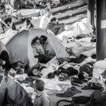 歐洲難民潮》這一吻銘記苦難 匈牙利境內難民進退維谷