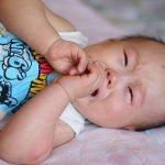 「嬰兒哭鬧的時候,我該抱他嗎?」讓每個新手媽媽都糾結的選擇題