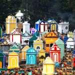 你怕鬼嗎?把墓仔埔漆成這種顏色以後,所有人都敢在這裡快樂放風箏野餐!