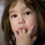 我家小孩戒不了吸手指怎麼辦?30年兒童牙醫傳授,愛他就叫他「閉嘴」