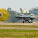 F-16B戰機降落衝出跑道 幸無人傷亡 嘉義機場關閉3小時