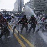 示威違法,警察就可以違法?從13萬人遭水砲鎮壓,看南韓政府宣稱的「民主」