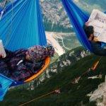 你敢在3000公尺的山谷懸空睡一覺嗎?看過實況影片的人都忍不住發抖…