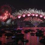 全球跨年第一場盛會閃耀揭幕 澳洲雪梨百萬人瘋煙火
