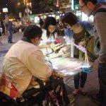 你是因為需要才買口香糖,還是同情?年輕人動手改變街賣:他們沒你想得可憐!