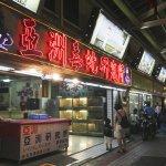 為何失去兩根手指還要做這行?外國記者深入最真實台灣,大讚蛇湯是最美風景!