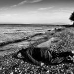 「他們是被推向絕望的天使」 艾未未重演海灘3歲伏屍童場景 盼喚醒世界重視難民