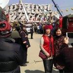 大地震》紅衣女子災區走春?一張照片惹怒網友 當事人澄清:是帶善款去幫忙!