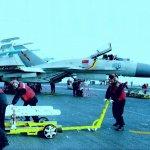 解放軍「殲-15」戰鬥機登上遼寧艦航母 掛彈訓練畫面曝光
