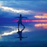日本正妹在全球最美的天空之鏡上跳舞,沒後製卻夢幻得有如電腦動畫!