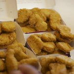 為什麼雞塊這麼便宜?法國導演揭露節省成本3大秘技,這是你想要的食物嗎?