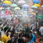 「潑水是為你好!」這條街見人就潑水 用水柱化做最強力的祝福