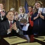 美國猶他州長簽署譴責決議案 宣告「色情出版品是健康公害!」