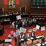 國民黨立委佔領主席台 黃國昌痛批「連辯論的勇氣都沒有」