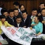 反對撤回課綱 國民黨首度霸佔主席台:佔領主席台是最簡單的事!