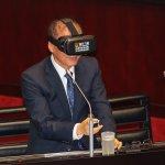 黃國昌要求軍公教所得替代率往7成邁進 林全戴VR按下承諾