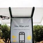 為報平安,手機充電座搶破頭!希臘難民無電可用,卻從太陽找到曙光