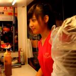 那個在夜市攤位幫忙端菜收碗的小女孩,教會我們母女一件事….