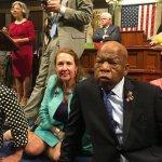 佔領美國眾議院!要求表決槍枝管制法案 民主黨議員靜坐抗議