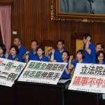 藍綠大戰再上演 藍委占主席台 立院總質詢無法進行