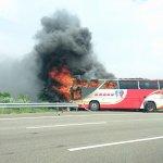 陸客團遊覽車自撞起火 目擊民眾:沒有人逃出車外