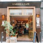 在巴黎享受一個人的精品咖啡座!以販賣咖啡豆為主的小店,座位僅限一張桌子和椅子