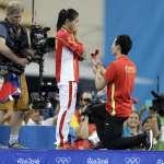 里約奧運》中國跳水情侶檔公開放閃 秦凱當眾下跪向何姿求婚成功