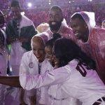 里約奧運落幕》美國體操小天后人見人愛 各國選手爭相合照 閉幕式竟然延誤