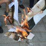 台聯赴雙城論壇場外抗議 燒柯文哲、沙海林肖像