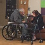當一對形影不離62年的老夫妻被迫分居 他們留下一張「最悲傷的照片」