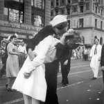 還記得二戰經典照片「勝利之吻」嗎?美國水兵與陌生女子擁吻慶祝 照片男主角95歲高齡離世