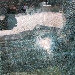 不當黨產處理委員會大門玻璃遭砸碎,已報警處理