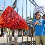 青年團體拒砍7天假 立院抗議掛上「血汗之肝」