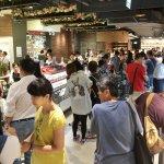 颱風假百貨量販湧人潮 美食區一位難求