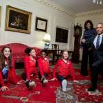 美國奧運體操金牌少女大鬧白宮 歐巴馬開心秀劈腿