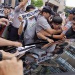 抗議砍七天假 勞團衝蔡英文敦南住處
