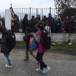 迢迢上學路!難民兒童開學日 希臘家長抗議:我的孩子被性侵怎麼辦?