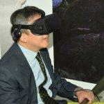唐鳳以VR現身美國創新體驗館致詞 梅健華:真實、虛擬的唐鳳都很棒